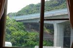 窓からの景色(山と高速道路)