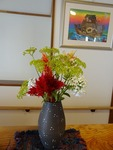 玄関の花とノアの方舟の絵